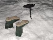 metal-detector-in-snow